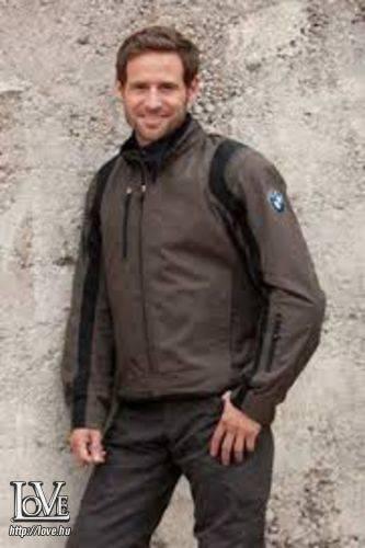Újházi Arnold társkereső