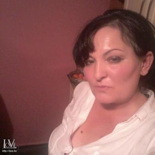 fekete hajú nő társkereső