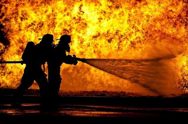 Ha nem képes megfékezni a tüzet, meneküljön az épületből - a tűzoltók intézik a dolgukat