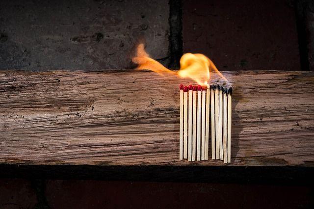 Szüntesse meg az éghető anyagok és a lehetséges tűzforrások közötti kapcsolatot