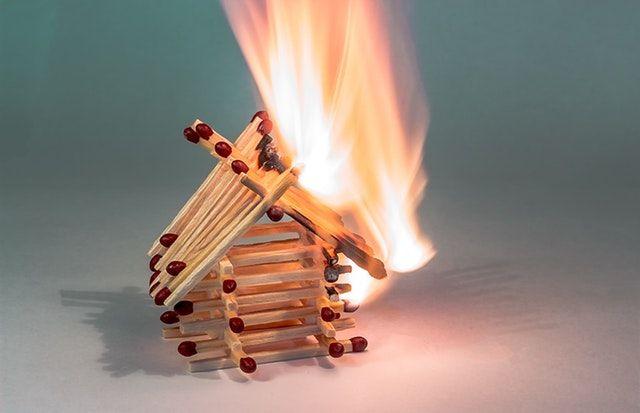 Tűz oltásánál határozza meg a forrást, és ott kezdjen el oltani